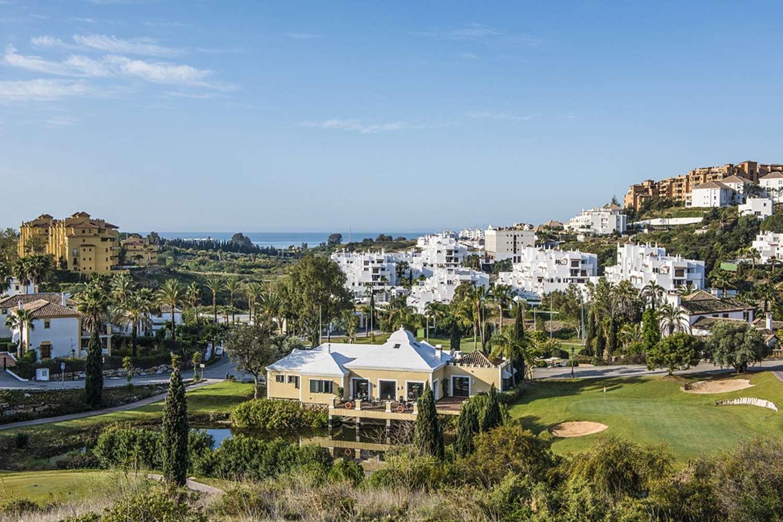 Detached villa near 3 golf courses in Estepona